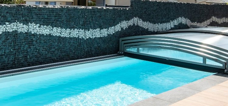 Abri de piscine en bois, en verre ou en aluminium: quel matériau choisir?